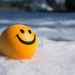 pallina gialla nella neve che sorride, per mostrare un widget di wordpress modificato in php felice